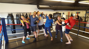 一群人正在體驗Kickboxing的企業培訓活動