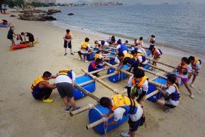 2隊人在海邊準備下海進行木筏遊戲