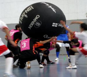 一群人正在玩健球