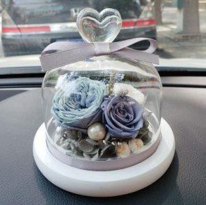 一瓶永生花瓶擺件放在車裡面