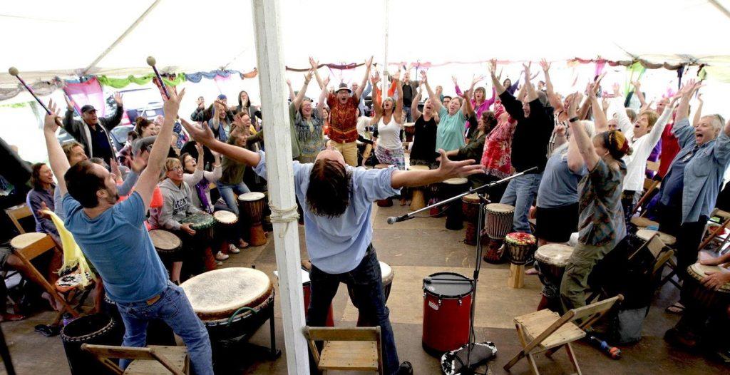 一群人正在玩鼓樂圈的企業培訓活動