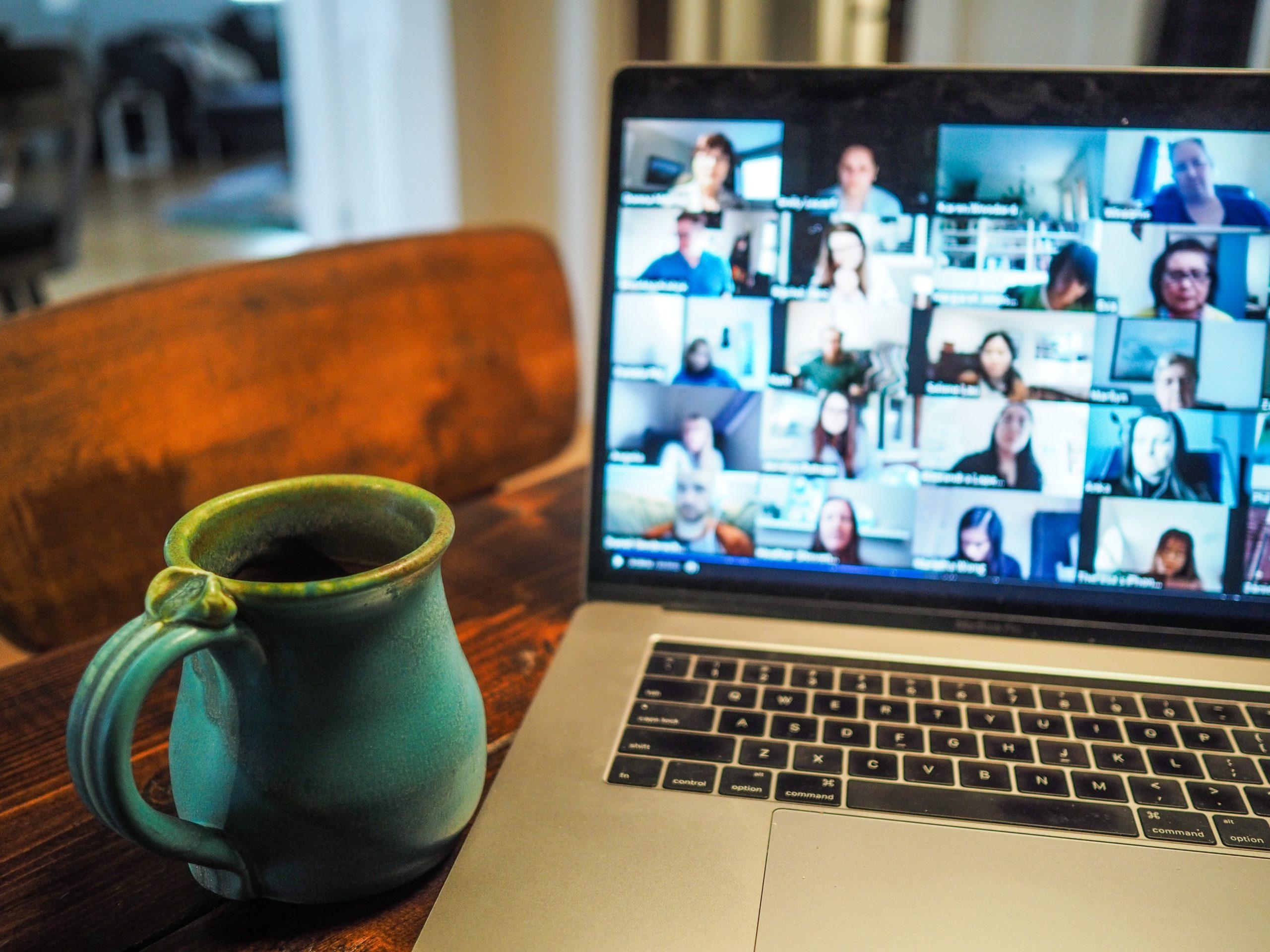 桌上放著一部筆記本電腦正在開視訊會議