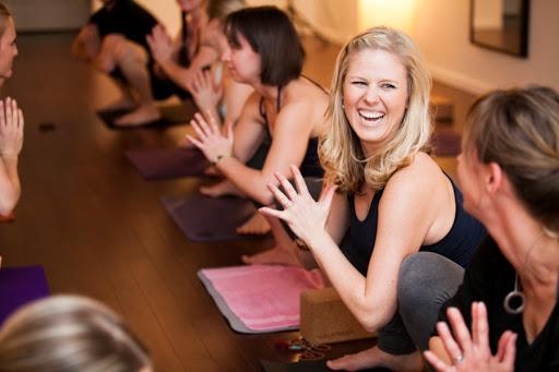 一個女人與一群人正在進行大笑瑜伽的Greeting Laughter