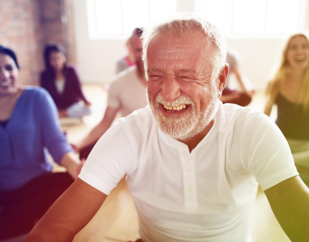 一個正在進行大笑瑜伽的老伯