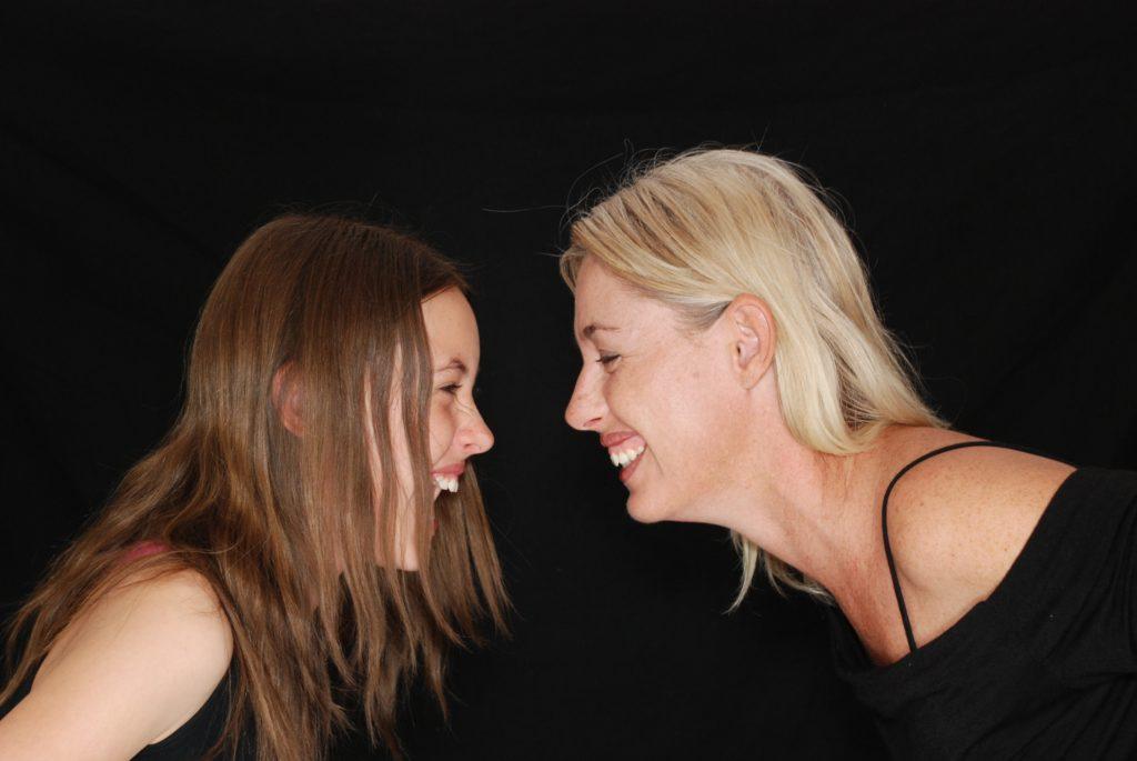 2個人女人互相笑