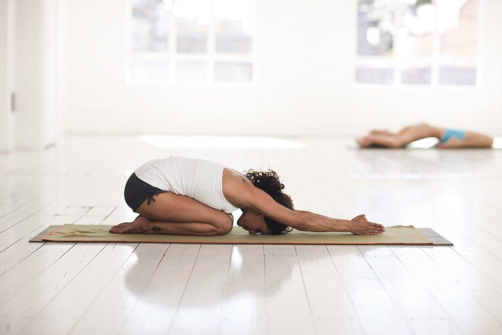 2個女人進行瑜伽伸展活動