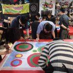 一群人正在體驗圓圈畫的企業培訓的活動